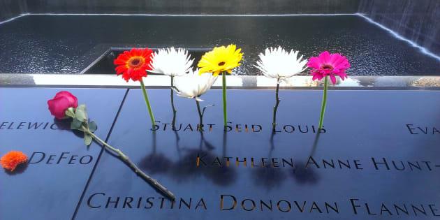 Flores en recuerdo de las víctimas del 11-s, en el memorial de Nueva York.