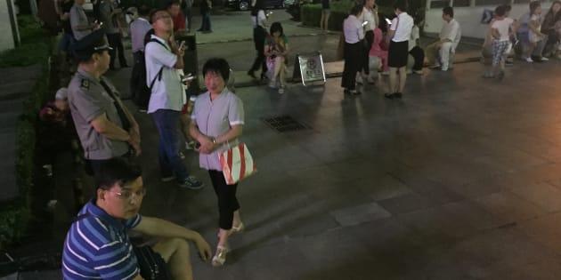 Les Chinois évacués des immeubles, après qu'un séisme a frappé la province du Sichuan.