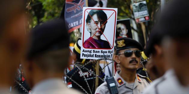 ロヒンギャ問題解決に「消極的」な姿勢だとしてアウンサンスーチー氏を批判する人たち=2017年9月8日、インドネシア・ジャカルタ