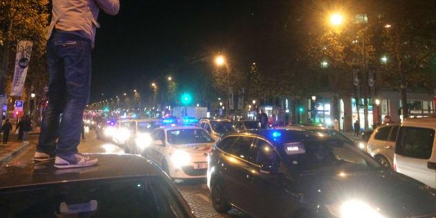Manifestation de policiers dans la nuit du 18 octobre 2016 sur l'avenue des Champs-Elysées à Paris, après l'agression violente de quatre policiers au cocktail Molotov le 8 octobre à Viry-Chatillon.