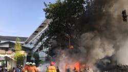 Una famiglia kamikaze si fa esplodere in tre chiese dell'Indonesia: 13 morti, l'Isis