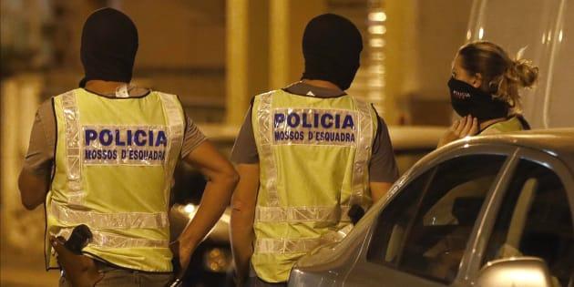 Agentes del GEI (Grupo Especial de Intervención) de los Mossos d'Esquadra, anoche durante el registro a una vivienda de Vilafranca del Penedés (Barcelona), posiblemente relacionada con la célula terrorista.