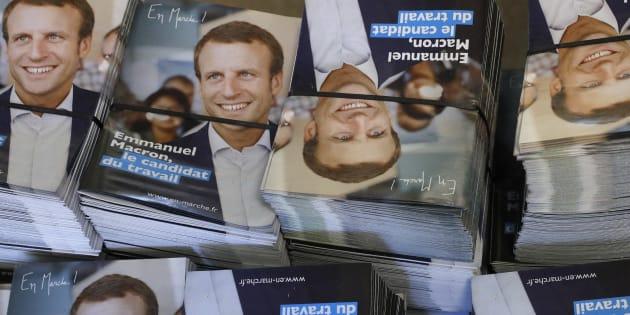 Des tracts de campagne d'Emmanuel Macron, leader du mouvement En Marche ! et candidat à l'élection présidentielle 2017, vus dans son QG de campagne à Paris, le 19 janvier 2017.