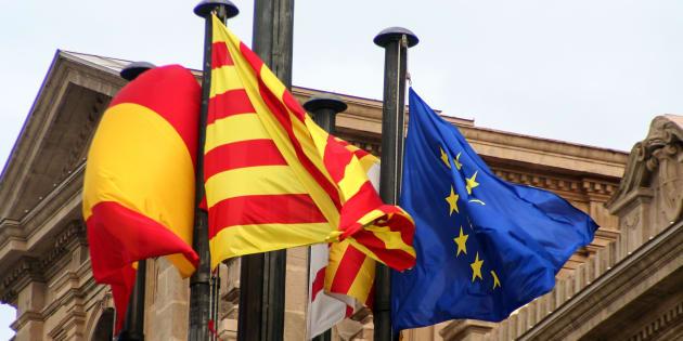 Les drapeaux d'Espagne, de Catalogne et de l'Europe.