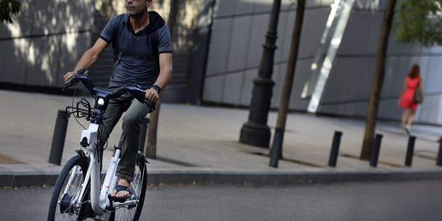 Un homme sur un vélo électrique BiciMad à Madrid, en Espagne, en août 2015.