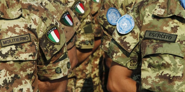 Italian UN peacekeepers stand as honour guards during a visit by Italian Foreign Minister Giulio Terzi di Sant'Agata to the Italian United Nations Interim Force in Lebanon (UNIFIL) base in Shamaa village, southern Lebanon, June 27, 2012. REUTERS/Ali Hashisho (LEBANON - Tags: POLITICS)