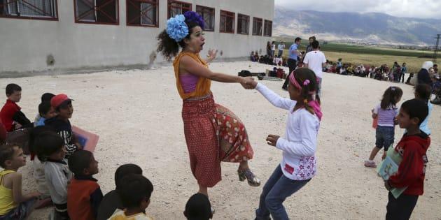 Des membres de Clowns Sans Frontières amusent des enfants dans un camp de réfugiés en Bekaa occidentale, au Liban, le 2 juin 2014.