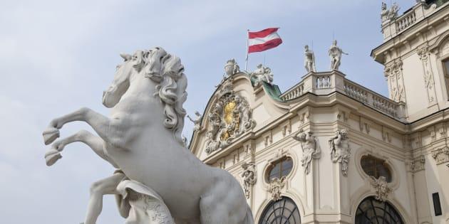 L'analyse de l'économie autrichienne suggère que, avant tout, les décideurs politiques devraient être guidés par le principe: « Tout d'abord, ne pas causer de tort ».