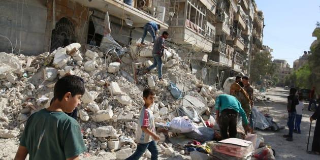Des habitants retirent leurs possessions d'immeubles détruits après les bombardements de dimanche sur un site tenu par les rebelles dans le quartier d'al-Qaterji, Alep, Syrie, le 17 octobre 2016.