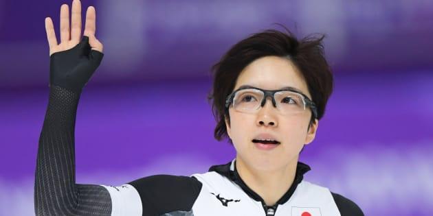 スピードスケート女子500メートルを終えて片手を挙げる小平奈緒