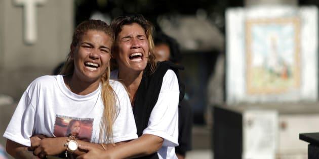 Parentes sofrem a perda da pequena Vanessa dos Santos, atingida por bala perdida no Rio.