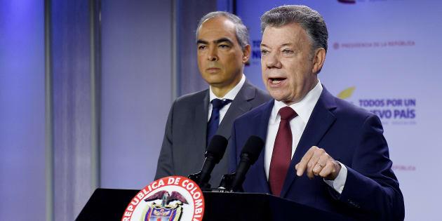 El presidente colombiano Juan Manuel Santos , junto al Alto Comisionado para la Paz, Rodrigo Rivera.