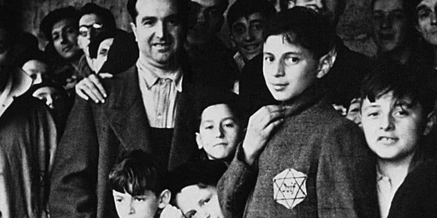 Photo prise en 1942 de juifs portant l'étoile jaune internés dans le camp de Drancy en Seine-Saint-Denis, après avoir transité par le stade du Vélodrome d'Hiver à Paris.