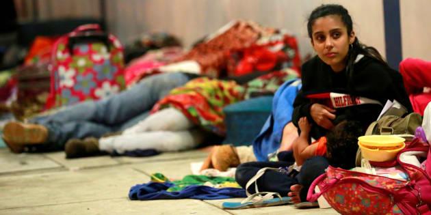 Una joven venezolana amamanta a su bebé mientras espera el trámite en el paso fronterizo de Tumbes, Perú, el pasado 25 de agosto.