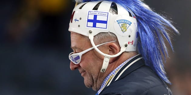 Un aficionado luce los colores de Finlandia, en la competición mundial de hockey sobre hielo del pasado mayo, en Colonia, Alemania.