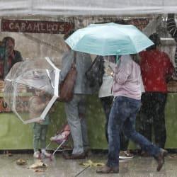 Un debilitado huracán Leslie mantiene a 13 provincias en alerta este