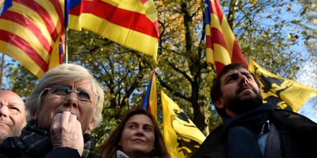 Meritxell Serret, Clara Ponsati et Antoni Comin, du gouvernement déchu de Catalogne, ont participé à une manifestation de soutien à Carles Puigdemont, à Bruxelles, dimanche.