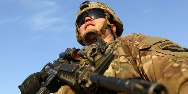 Un soldat en position dans une base militaire américaine, en Irak.