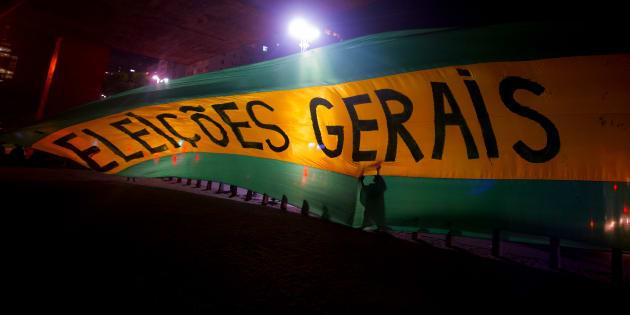 Manifestantes pedem eleições gerais diretas no Brasil, em reação aos casos de corrupção no País.