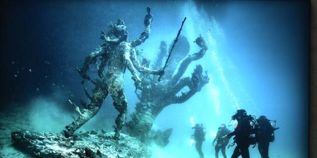 """Une photo de la sculpture """"Hydra and Kali"""" dans l'exposition """"Treasures from the Wreck of the Unbelievable"""" de Damien Hirst."""