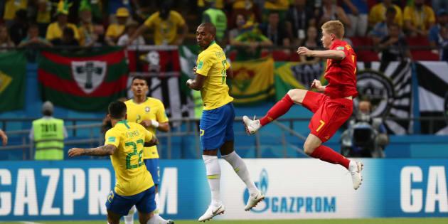 Fernandinho (17) subiu mal em cobrança de escanteio e marcou gol contra.