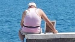 Porta tutti i giorni la foto della moglie al mare di Gaeta: il gesto dell'anziano commuove