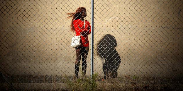 Una joven prostituta, a la espera de clientes, en una imagen de archivo.