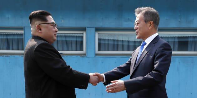 文在寅・韓国大統領(右)と金正恩・北朝鮮委員長。2018年4月27日、板門店。