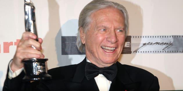 Le compositeur Maurice Jarre reçoit le prix du meilleur film européen en 2005 à Berlin, en Allemagne. Il est décédé en 2009.