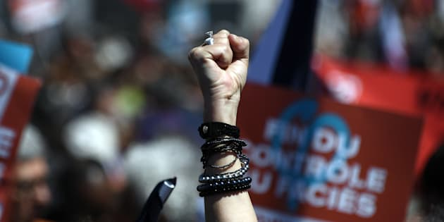 Une personne lève le poing de la résistance lors du meeting de La France insoumise sur le Vieux-Port de Marseille, le 9 avril 2017.
