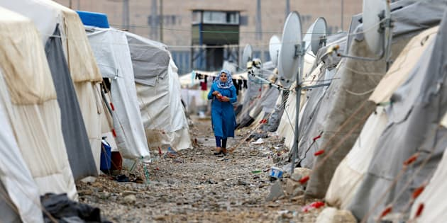 Une réfugiée syrienne marche entre les tentes dans le camp de réfugiés de Nizip, près de la frontière turco-syrienne, dans la province de Gaziantep, le 30 novembre 2016.