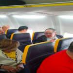 Si rifiuta di sedersi accanto ad una donna di colore su un volo Ryanair. La compagnia la invita a cambiare