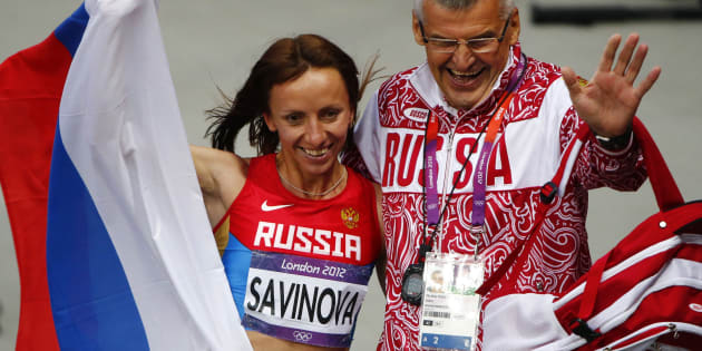 La Russe Mariya Savinova, suspendue pour dopage en 2015, pose avec son coach après sa victoire en finale du 800 m aux JO de Londres en 2012