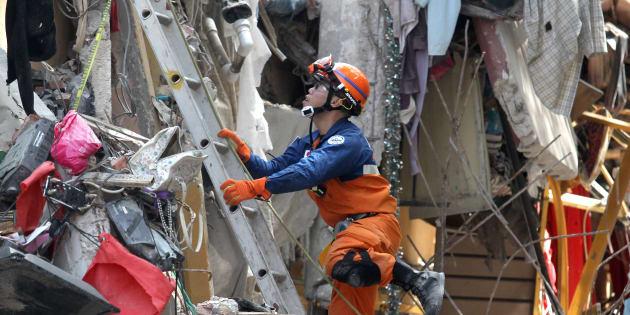 Un miembro de los servicios de emergencias busca supervivientes en un edificio hundido por el terremoto, el pasado 22 de septiembre, en Ciudad de México.
