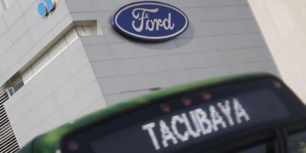 Fachada de una sucursal de la automotriz Ford en la Ciudad de México.