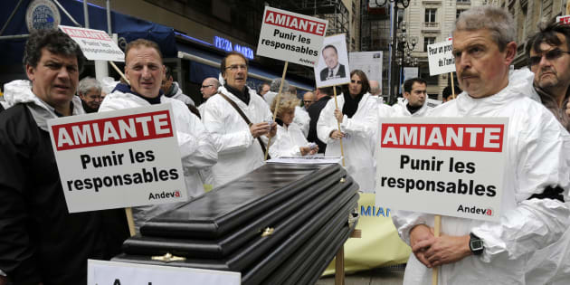 Des manifestants de l'Andeva, une association qui défend les victimes de l'amiante, le 6 novembre 2013 à Paris.
