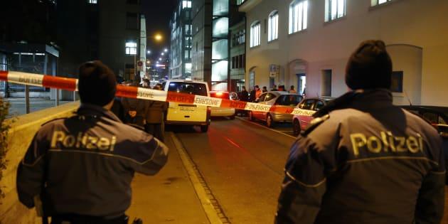 Les policiers devant le centre de prière islamique de Zurich, le 19 décembre 2016.