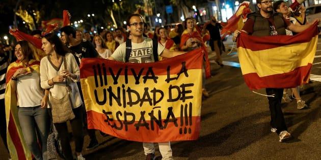 Le 4 octobre à Barcelone, des manifestants défilent en faveur de l'unité du pays, après la tenue du référendum catalan inconstitutionnel.