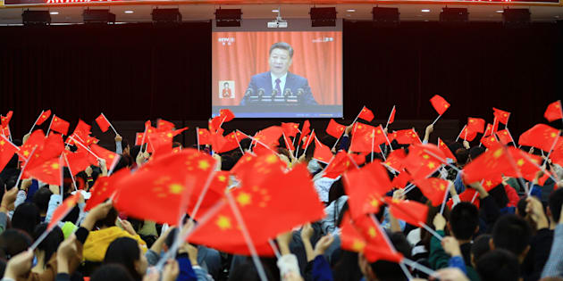 Des étudiants regardent l'ouverture du 19e congrès national du Parti communiste chinois, 18 octobre 2017.
