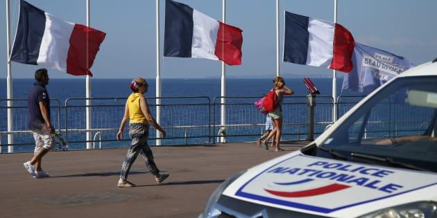 Des passants sur la Promenade des Anglais (Image d'illustration).