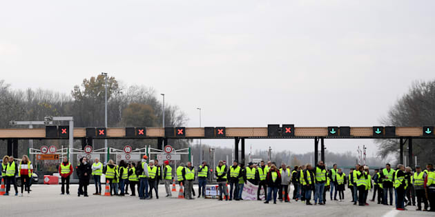 Les gilets jaunes bloquent de nombreuses routes et autoroutes en France  (Photo d illustration 8c56eaf9303