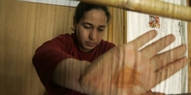 Une femme, victime de la maltraitance de son mari, apprend à tisser dans un centre pour femmes en détresse à Alger.