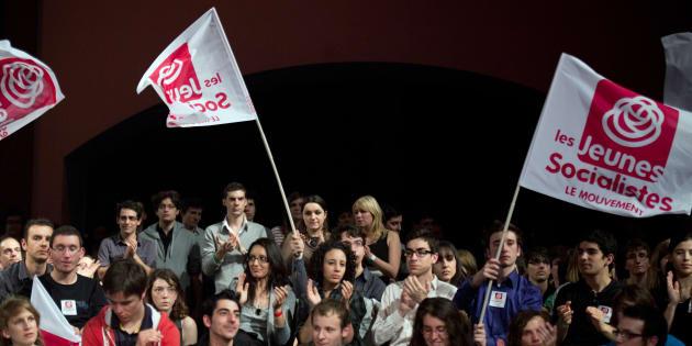 Des jeunes socialistes applaudissent Martine Aubry.