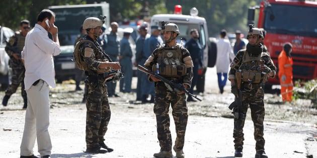 Des forces de sécurité afghanes surveillent le lieu de l'attentat-suicide à Kaboul, le 24 juillet.