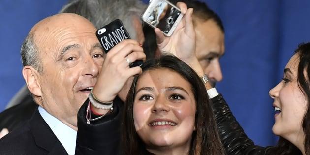 Alain Juppé et de jeunes supporters à son meeting à Bordeaux, le 9 novembre 2016.