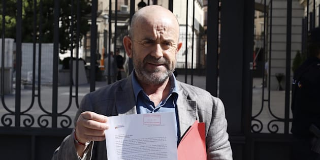 El representante de la ARMH, Bonifacio Sánchez, muestra la petición que ha registrado hoy en el Congreso de los Diputados, en Madrid.