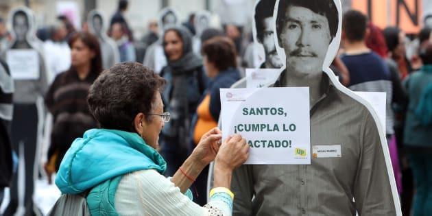Protesta en Bogotá pidiendo que se cumpla lo pactado en el acuerdo de paz, durante el primer aniversario de su firma entre el gobierno de Colombia y las FARC.