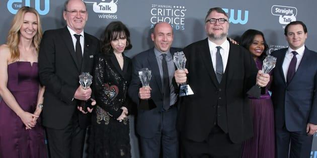 Vanessa Taylor, Richard Jenkins, Sally Hawkins, J. Miles Dale, Guillermo Del Toro, Octavia Spencer y Michael Stuhlbarg durante las fotos de premiación por 'The Shape of Water' en los 23 Critics' Choice Awards