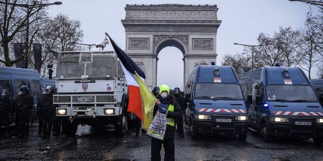 L'échec de l'acte V des gilets jaunes offre un bref répit à Macron (photo d'illustration d'un manifestant à Paris ce samedi 15 décembre)