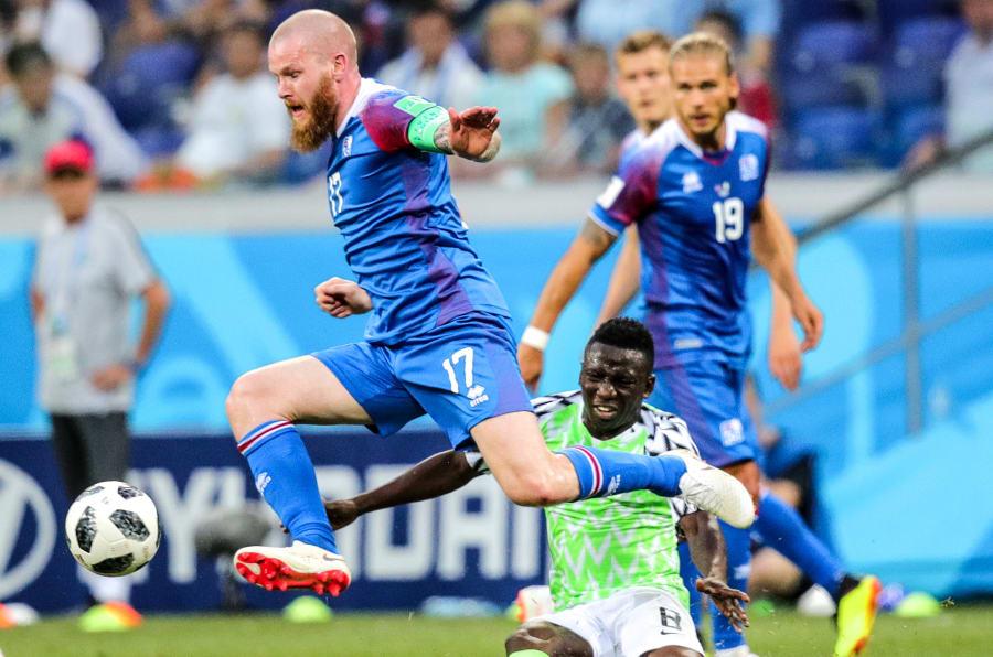 Volgogrado, Rusia, 22 de junio de 2018: Aron Gunnarsson de Islandia y Oghenekaro Etebo (i-d) de Nigeria luchan por el balón en su partido del Grupo D de la Copa Mundial de la FIFA 2018 en el Estadio Volgograd Arena. El equipo de Nigeria ganó el juego 2: 0.